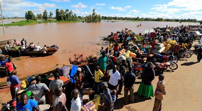 Kenyada seller 20 bin kişiyi yerinden etti