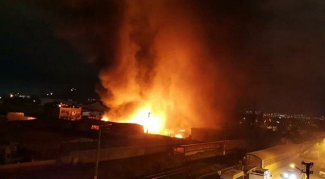 Ankarada çöp konteynerinde çıkan yangın 2 dükkana sıçradı