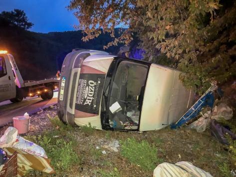 Antalyada minibüs devrildi: 3 yaralı