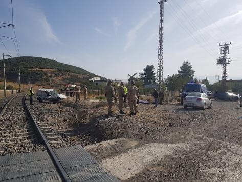 Gaziantepte lokomotif hafif ticari araca çarptı: 3 yaralı
