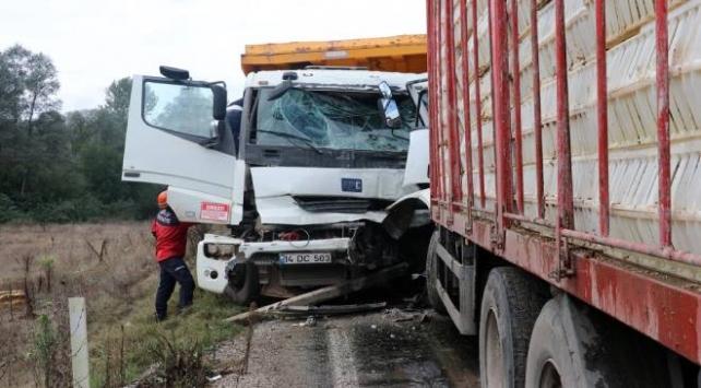 Boluda iki kamyon çarpıştı: 2 yaralı