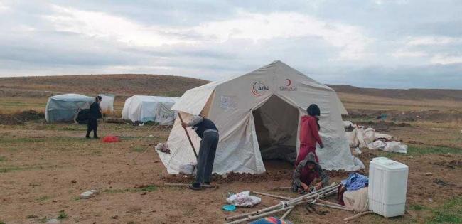 Mihalıççıkta şiddetli yağıştan etkilenen mevsimlik işçilere yardım eli uzatıldı