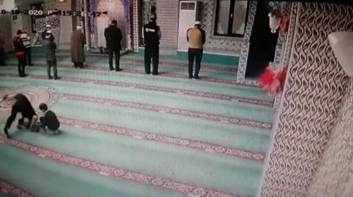 Babanın oğluna camiyi sevdirmek için oynadığı oyun kamerada