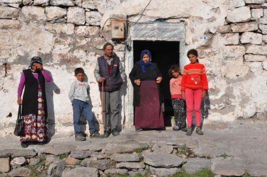 Karsta anne ve babanın engelli olduğu 5 kişilik aileye devlet ev yaptıracak