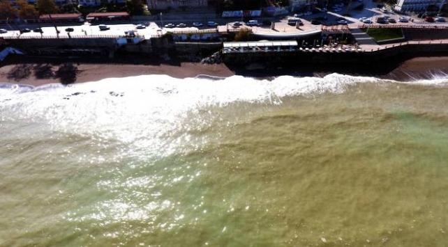 Düzcede sağanak sonrası çamurlu su denizin rengini değiştirdi
