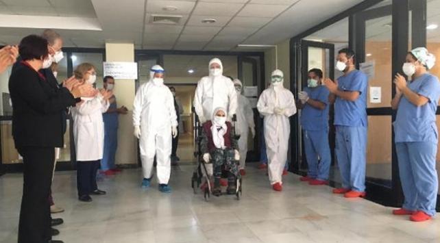 COVID-19u yenen 101 yaşındaki hasta alkışlarla taburcu oldu