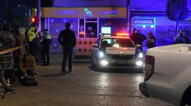 Gürcistanda banka soygunu: Saldırgan 3 rehineyle uzaklaştı