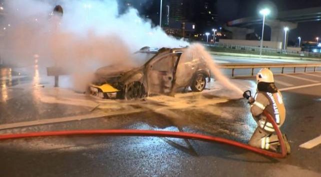 Kadıköyde seyir halindeki ticari taksi yandı