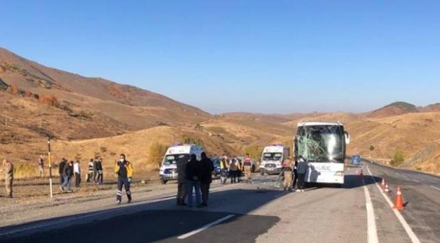 Sivasta yolcu otobüsü tırla çarpıştı: 6 yaralı