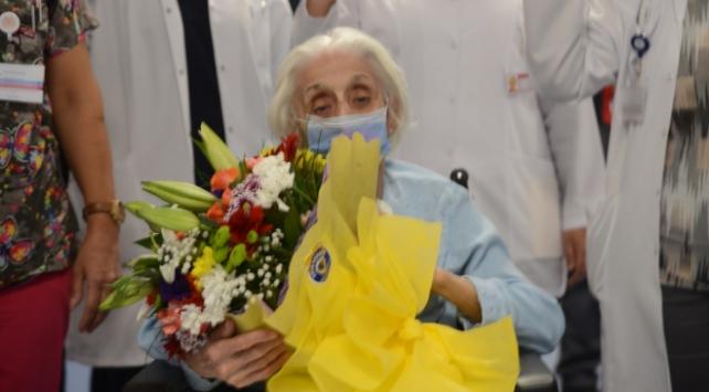 94 yaşında koronavirüsü yenen kadın alkışlarla taburcu edildi