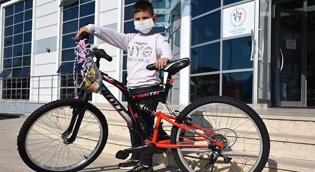 Bisikleti ezilen Utkuya Bakan Kasapoğludan bisiklet hediyesi