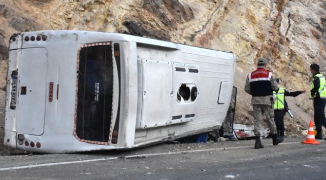 Sivasta servis minibüsü kaza yaptı: 15 yaralı