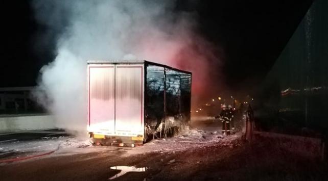 Seyir halindeki kamyonun römorku yandı