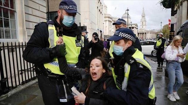 İngilterede polis COVID-19 önlemleri karşıtı gösteriye müdahale etti