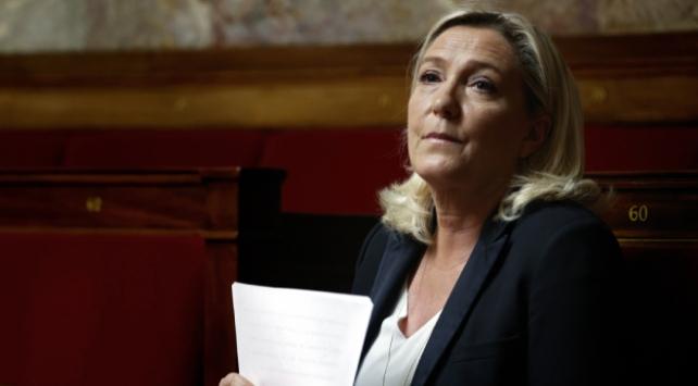 Fransada aşırı sağcı Le Penden başörtüsü yasaklansın çağrısı
