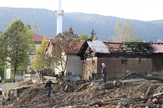 Boluda yangın çıkan köyde enkaz kaldırma çalışması sürüyor