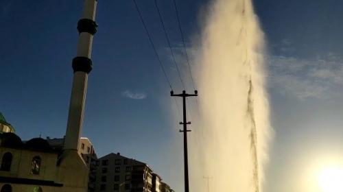 Su borusundan fışkıran tazyikli su cami minaresini aştı
