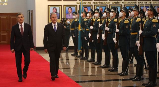 Bakan Akar Kazakistanda askeri törenle karşılandı