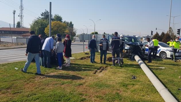 Erzincanda düğünden dönenlerin bulunduğu araç direğe çaptı: 4 yaralı