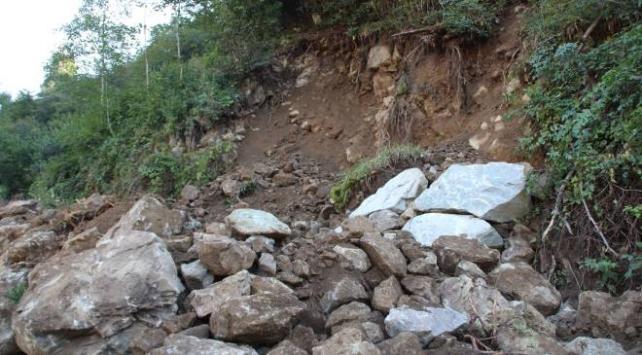 Rizede heyelan köy yolunu kapattı, 4 ev boşaltıldı