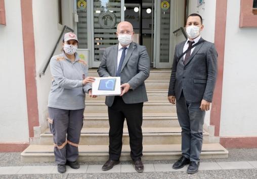 Muğlada temizlik işçileri aralarında para toplayıp bir öğrenciye tablet aldı