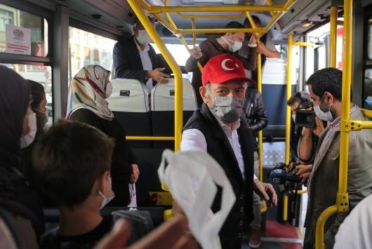Bayrampaşa Belediye Başkanı Atila Aydıner, minibüs şoförü oldu koronavirüs önlemlerini denetledi
