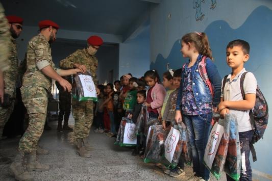 Barış Pınarı Bölgesinde Askeri Polis Teşkilatı, öğrencilerin yüzünü güldürdü