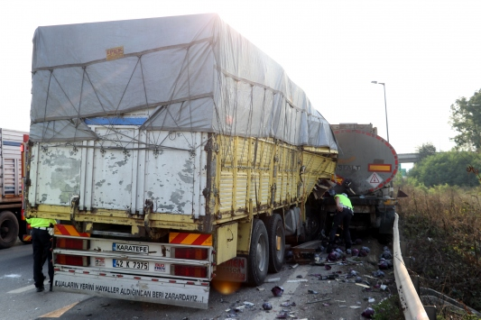 Anadolu Otoyolunda arızalanan tıra kamyon çarptı: 1 ölü, 1 yaralı