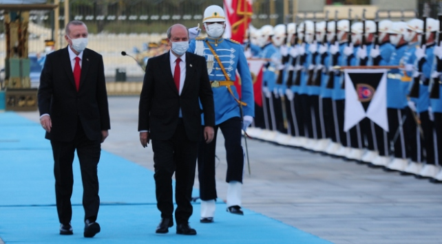 Cumhurbaşkanı Erdoğan, KKTC Cumhurbaşkanı Tatarı resmi törenle karşıladı