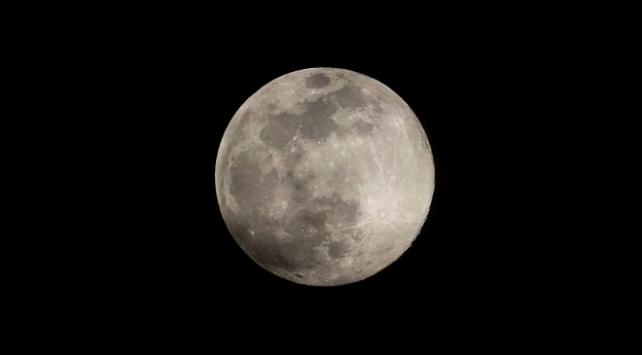 Ayın yüzeyinde su bulundu