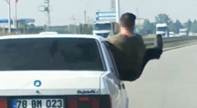 Otomobilden sarkıp tehlikeli hareketler yaptı