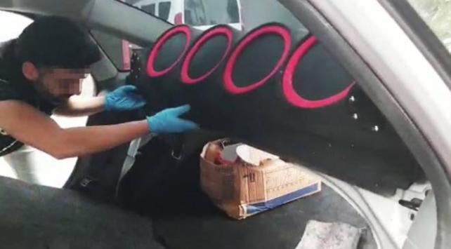 Otomobilin ses sistemine uyuşturucu gizleyen şüpheliler yakalandı