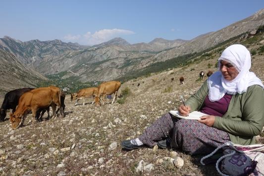Çiftçilik yapan ilkokul mezunu kadın boş vakitlerinde 2. kitabını yazıyor