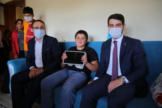 Video kliple tablet isteyen öğrencileri belediye başkanı sevindirdi