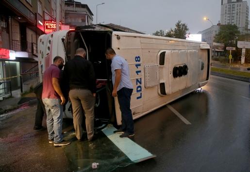 Gaziosmanpaşada servis aracı devrildi: 8 yaralı