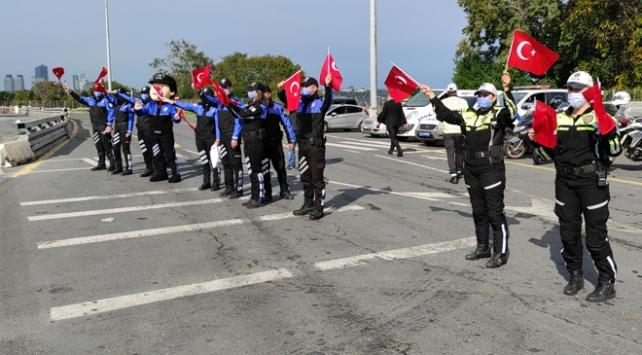 Polis ekipleri sürücülere Türk bayrağı hediye etti