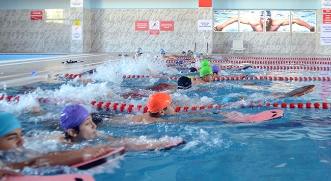 Kar kentinin çocukları yarı olimpik havuzda yarışlara hazırlanıyor