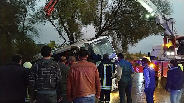 Ispartada midibüsle otomobil çarpıştı: 1 ölü, 24 yaralı