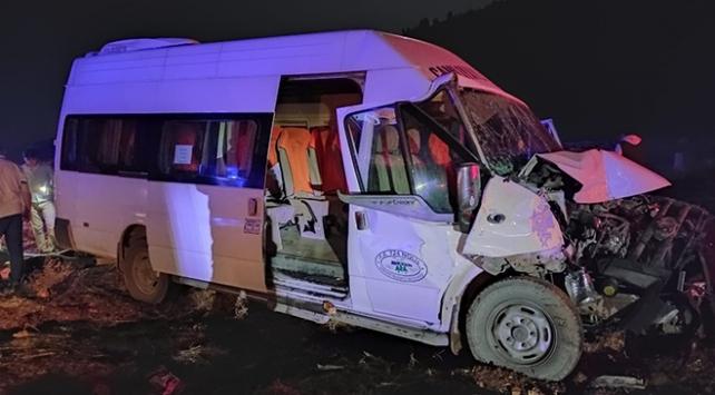 Mersinde yolcu minibüsüyle traktör çarpıştı: 8 yaralı