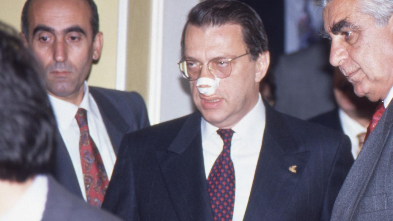 25 Kas 1996`da Anap (Anavatan Partisi) Genel Başkanı Mesut Yılmaz, Macaristan da uğradığı saldırı sonrası parti genel merkezinde basın toplantısı düzenledi. Yılmaz, basın karşısına burnu bandajlı olarak çıktı. (Arşiv)