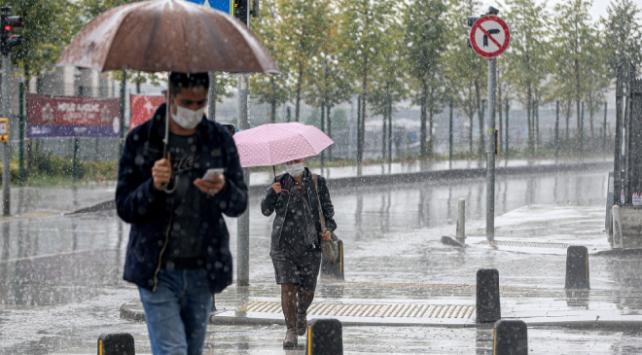 İstanbulda sağanak vatandaşlara zor anlar yaşattı