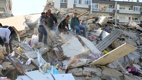 İzmir'de deprem sonrası yaşananlar kamerada