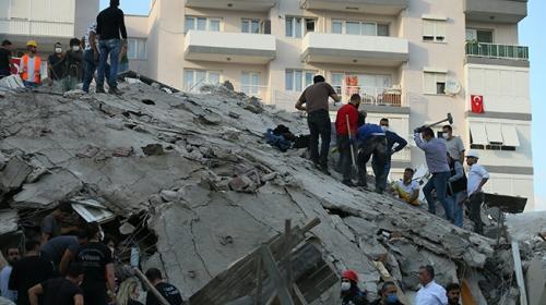 Çeşme'de deprem anı bir iş yerinin güvenlik kamerasına böyle yansıdı