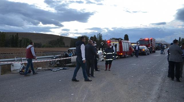 Konyada minibüs ile otomobil çarpıştı: 1 ölü, 15 yaralı
