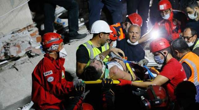İzmirde enkaz altında kalan 28 yaşındaki futbolcu kurtarıldı
