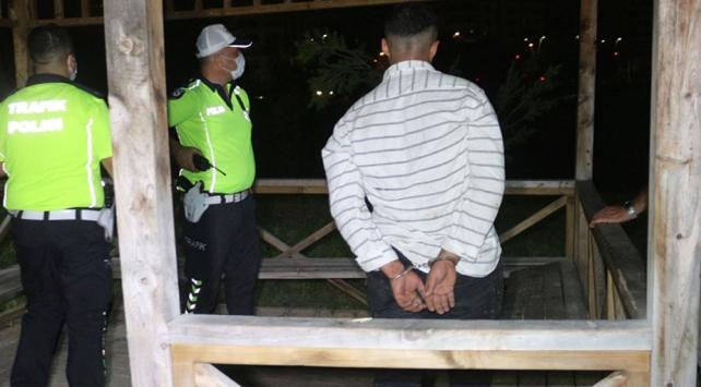Aracını bırakıp kaçan alkollü ve ehliyetsiz sürücü yakalandı