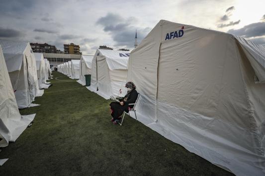 Türkiye depremzedelere evlerinin yokluğunu hissettirmemeye çalışıyor
