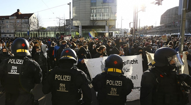 Almanyada COVID-19 kısıtlamaları protesto edildi