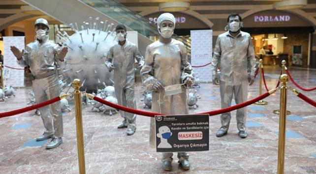 Canlı heykeller COVID-19a karşı uyardı