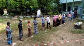 Myanmar'da halk sandık başına gitti